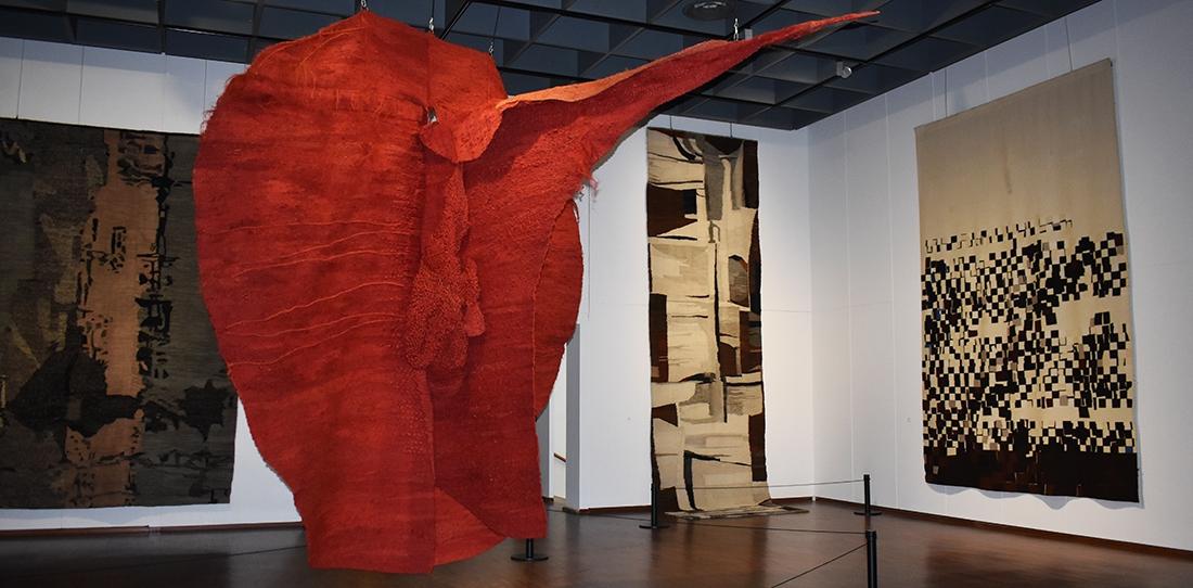 Magdalena Abakanowicz, Abakan rouge, 1969, 4 x 4 x 4 m. Collection Tate, Londres. © Foundation Magdalena Marta Abakanowicz Kosmowska and Jan Kosmowski. Photographer : Stamm & Saxod, Lausanne.